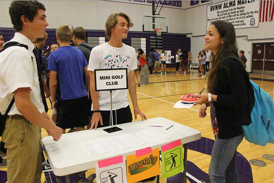 Mini Golf club leader Gage Hall recruits new members for the club at Thursday's activity fair.