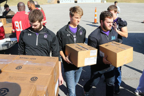 Football players volunteer with Chiefs linebackers