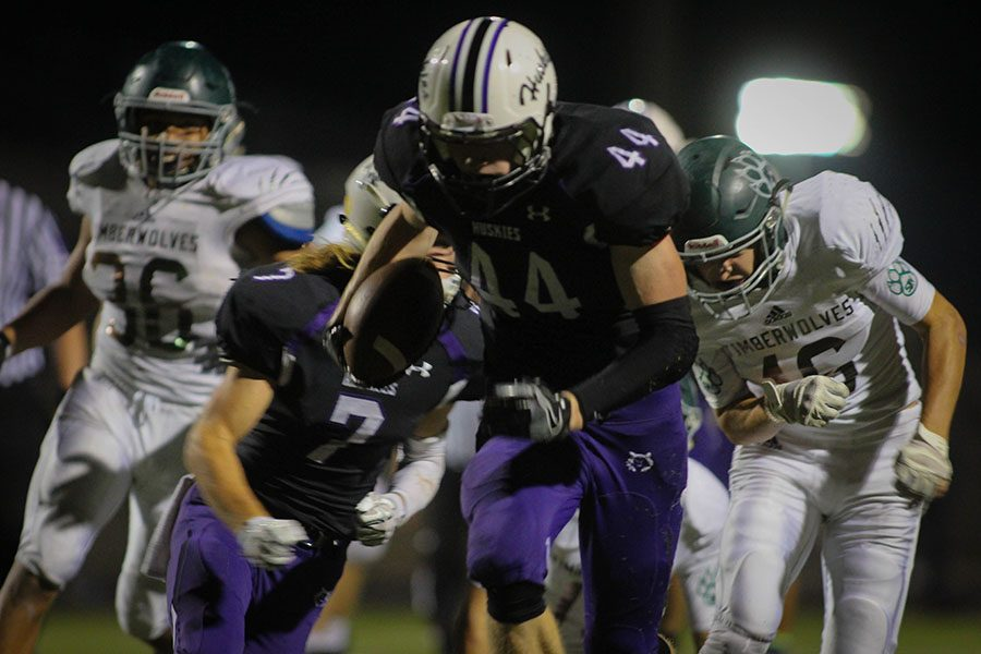 Varsity football defeats BVSW in Homecoming game, 42-35 in overtime