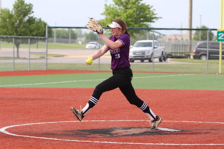 Junior+Abby+Bishop+throws+a+pitch+during+the+Huskies+matchup+with+Olathe+East.+The+Huskies+were+defeated+by+the+Hawks%2C+1-2.