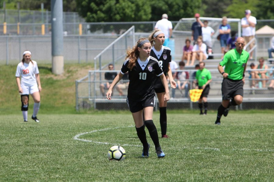 Junior Lindsay Collier looks for an open player. The Huskies were defeated by the Cougars, 1-2.