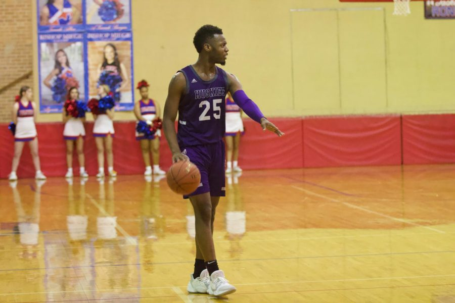 Senior+Markell+Hood+%2825%29+dribbles+the+ball+up+the+court.